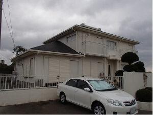 「汚れでくすんだ外壁を真っ白に塗装!屋根もまとめて施工したS様邸(千葉県野田市)」のBefore写真